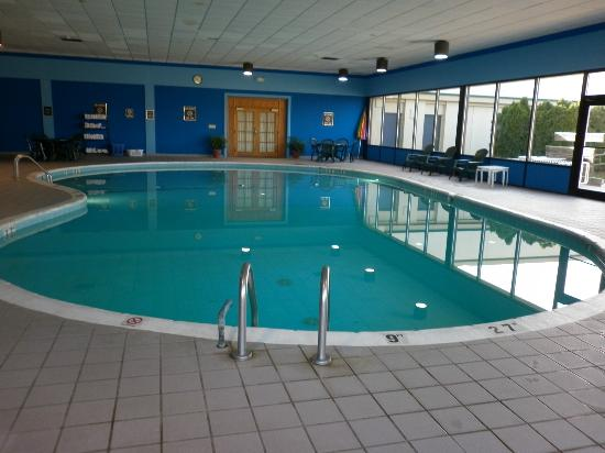 Quality Inn & Suites: Pool clean and warm