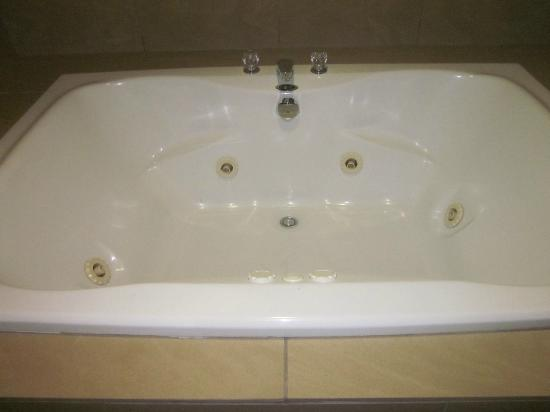 Hampton Inn Port Huron: Yummy two person whirlpool bathtub (but note the faucet is installed on the back of the tub so a