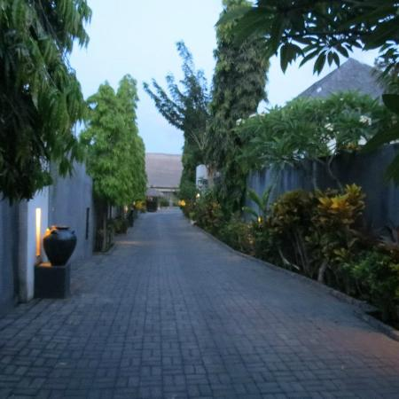 Villa Seminyak Estate & Spa: Garden walkway
