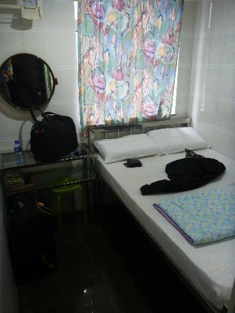 Kyoto Guest House: Room with double bed, left side is the wall!