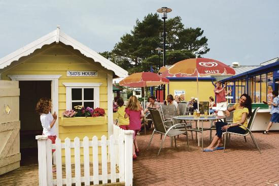 Parkdean - Looe Bay Holiday Park: Outdoor Terrace at Parkdean Looe Bay Holiday Park
