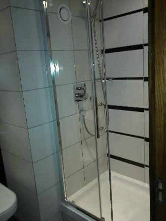 Crowne Plaza London Kensington: Suite 115 Walk in shower on ground floor of duplex