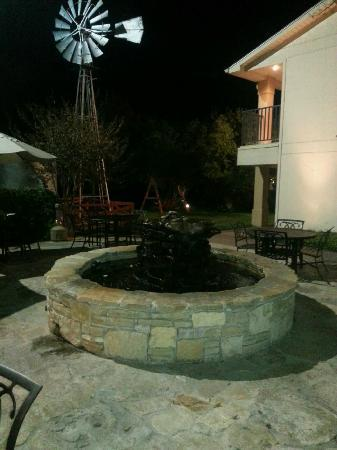 Fredericksburg Inn & Suites: Nice outside sitting area