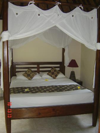 Sama's Cottages and Villas: Bed - comfortable mattress and pillows