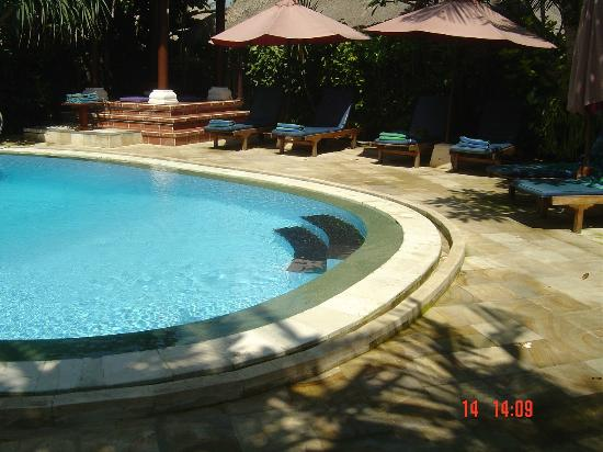 Sama's Cottages and Villas: Poolside and lounge area.