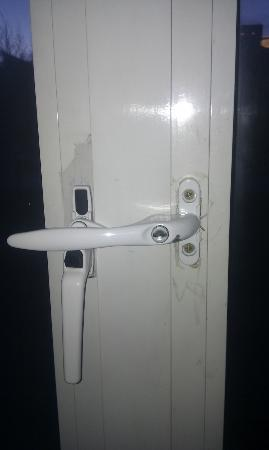 Travelodge Milton Keynes Central: Broken window handle