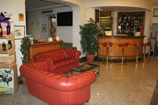 Comfort Hotel Gardenia Sorrento Coast: Lobby/bar