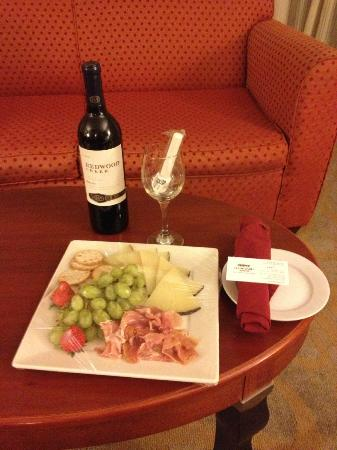 Courtyard by Marriott Isla Verde Beach Resort: Fruit/Cheese plate &amp; bottle of wine placed in room