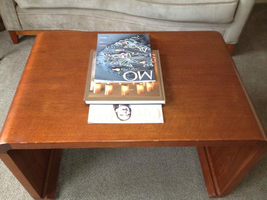 Mandarin Oriental, Washington D.C.: Worn and somewhat cheap coffee table, not what you expect in a $600+/night hotel room