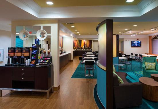 SpringHill Suites Williamsburg: Beverage Area