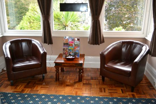 Kingsholm Hotel: The sunny lounge overlooks Torwood Gardens
