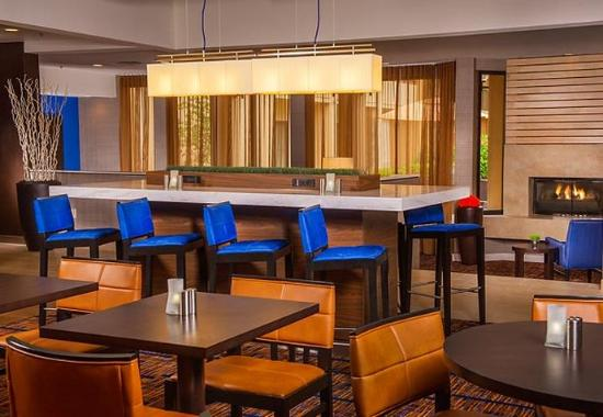 Courtyard by Marriott Andover: Communal Table