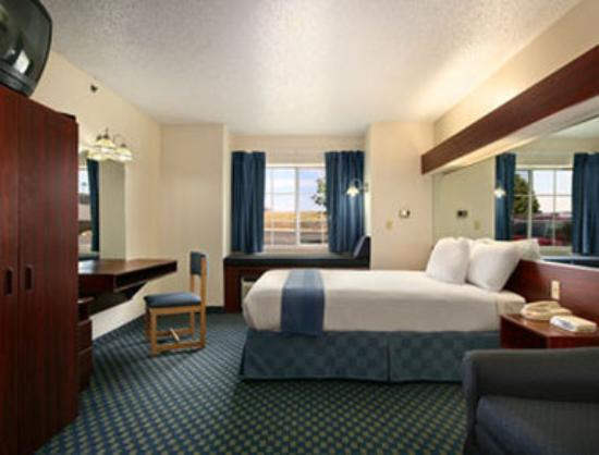 Microtel Inn & Suites by Wyndham Tulsa East: Suite