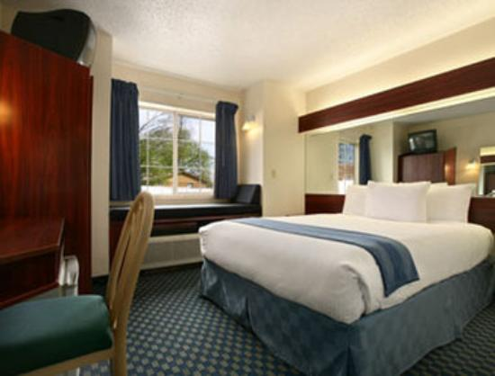 Microtel Inn & Suites by Wyndham Tulsa East: Standard Queen Bed Room