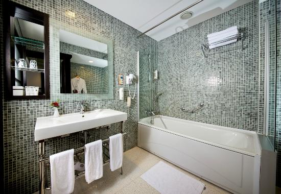 Modern bathrooms picture of limak lara de luxe hotel for Hotel luxe moderne
