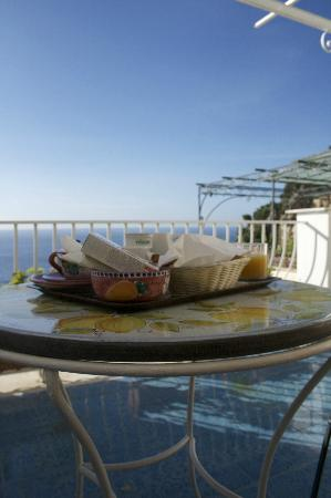 La Rosa Dei Venti : Breakfast served to the balcony