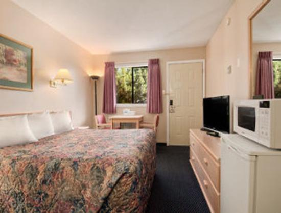 Travelodge Courtenay: 1 Queen Bed Room