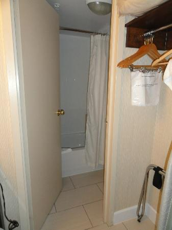 Sandman Hotel Vancouver City Centre: Toilet tucked in behind the door-really tight!