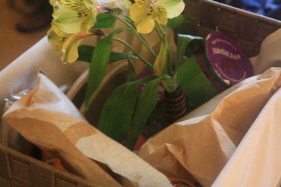 Deerfield Inn: Breakfast's basket