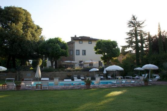 Villa di Piazzano: View of Villa di Piazzno across the pool
