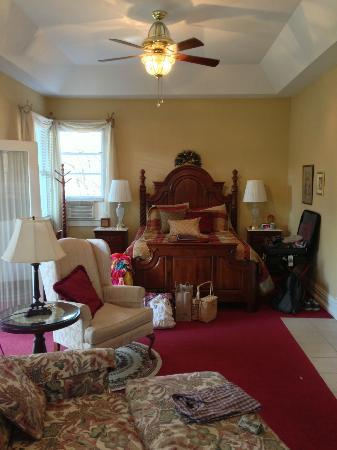Andon-Reid Inn Bed and Breakfast: Bed in the White Sulphur Suite