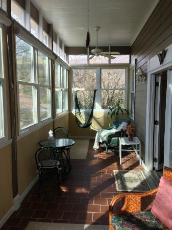 Andon-Reid Inn Bed and Breakfast: Screened In Porch of White Sulphur Suite