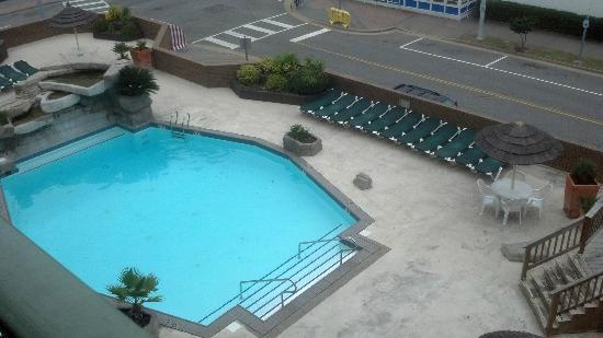 Virginia Beach Days Inn at the Beach: View of the pool from 5th floor