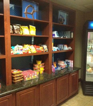 Hampton Inn & Suites Woodland: mini mart in lobby