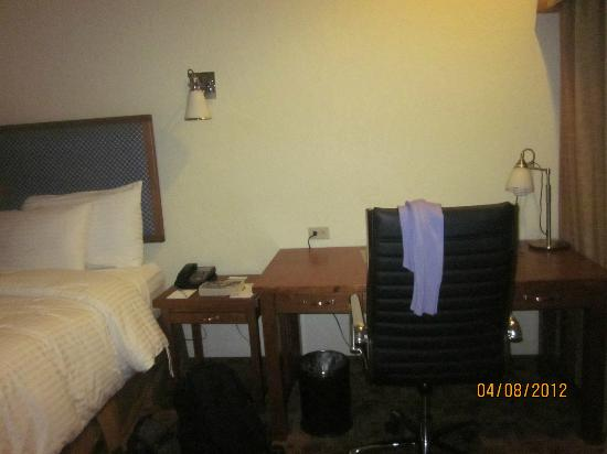 Wyndham Garden Hotel Baronne Plaza: desk space. large but swivel char was a bit crooked.