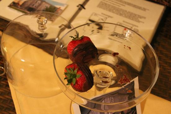 Princess Anne Hotel: chocolate covered strawberries