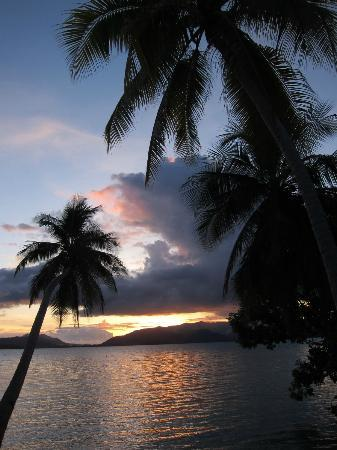 Uepi Island Resort: Sunset from the decking