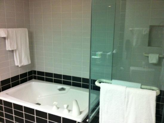 The Sutton Place Hotel: Deep tub and glass shower