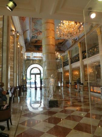 Hotel The Royal Plaza: Lavish Lobby