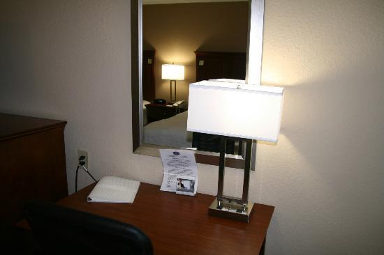 Hampton Inn Gainesville: Two Queen Bed Desk