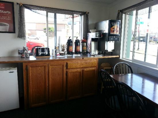 Econo Lodge Newport: Breakfast Area