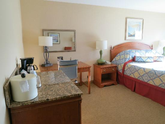 BEST WESTERN PLUS Monterey Inn: Fridge, office desk and bed