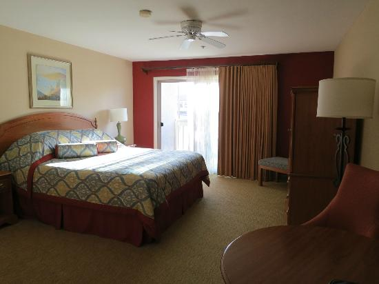 BEST WESTERN PLUS Monterey Inn: Room and view to balcony