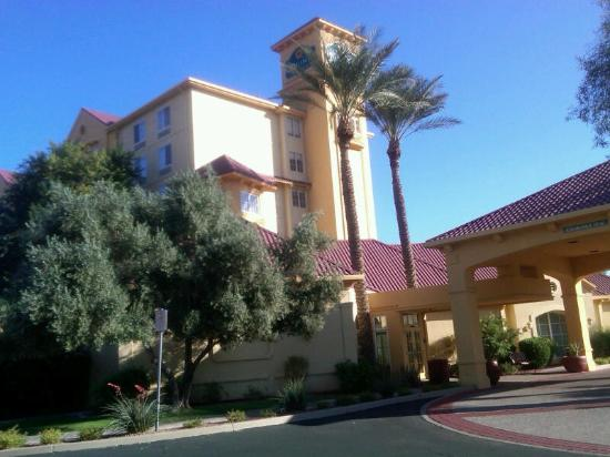 La Quinta Inn &amp; Suites Phoenix Mesa West: Front outside of Hotel