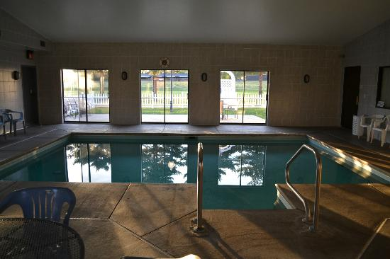 Sky Lodge Inn & Suites: Swimming Pool