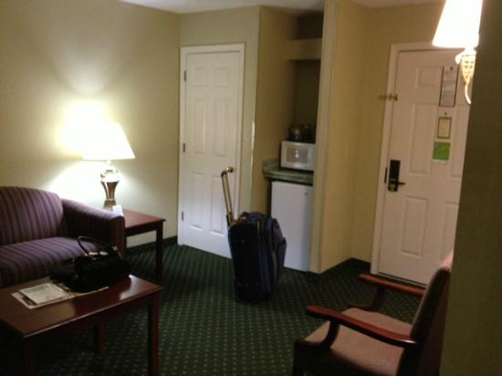 Comfort Inn Apple Valley: Sitting area of suite