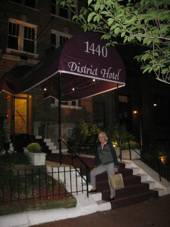 District Hotel Washington: ingresso dell&#39;hotel (notturno)