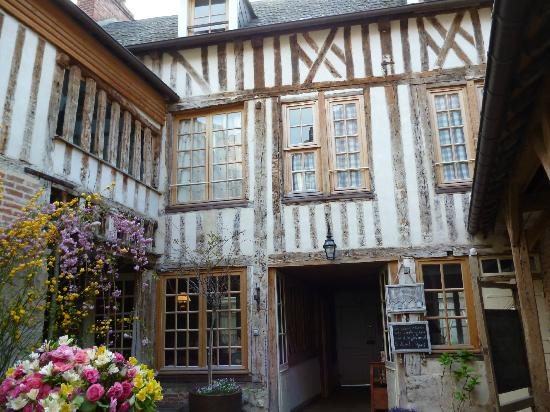 A l'ecole buissonniere: Courtyard