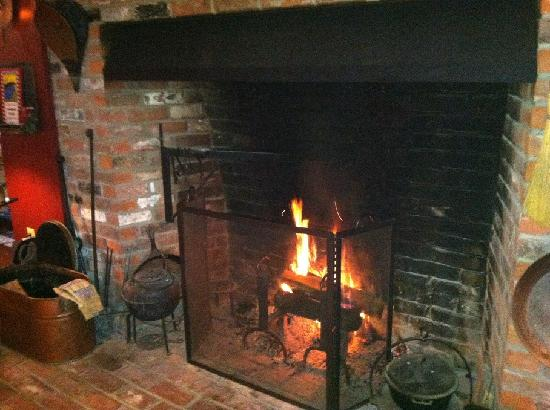 Yankee Cricket Bed and Breakfast: Beautiful Fireplace and Hearth
