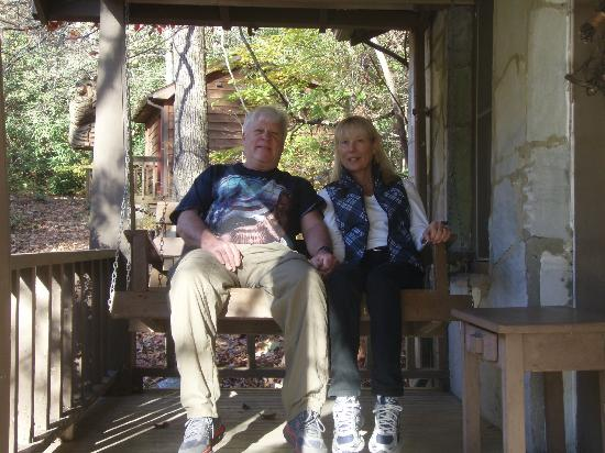 Mountain Brook Cottages: Sitting on the porch swing