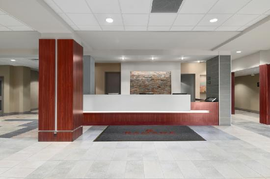 Ramada Winnipeg Hotel-Viscount-Gort: Front Desk Lobby