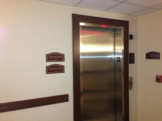 Comfort Inn &amp; Suites Cedar City: Elevator to higher floors