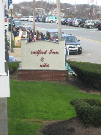 Bradford Inn &amp; Suites: Unkept signage