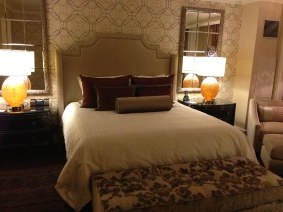 Four Seasons Hotel Las Vegas: gorgeous bed