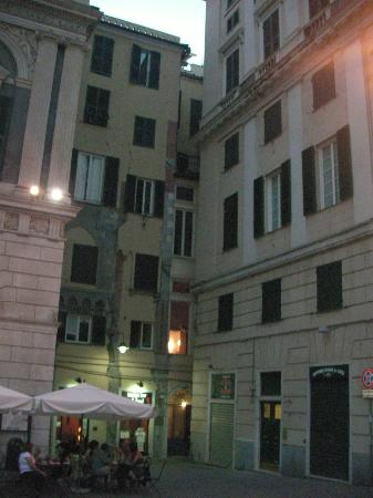 Locanda di Palazzo Cicala: Access to hotel from the piazza (the hotel is the building at the rear, middle)