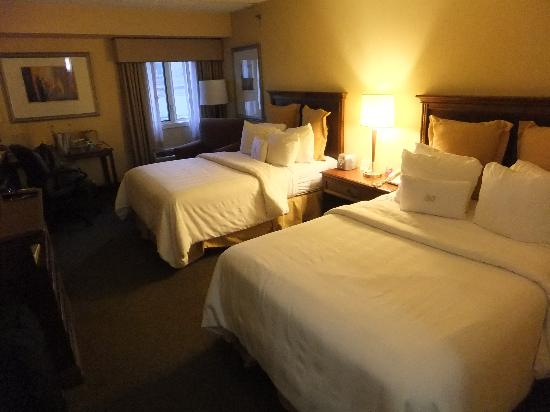 Crowne Plaza Hotel Paramus : our room with two queen beds